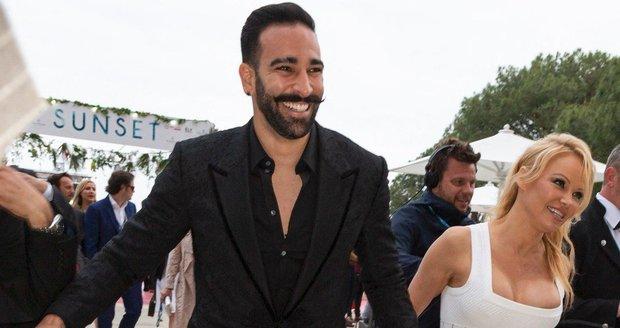 Vztah Pamely Andersonové a fotbalisty Adila Ramiho trval dva roky a skončil velkou lží.
