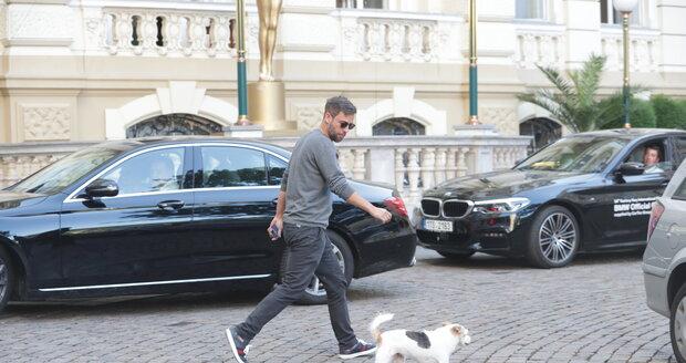 Bartoškův syn Janek venčí ve Varech pejska svých rodičů.