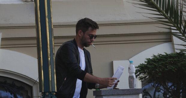Janek Bartoška, syn ředitele festivalu, si mezi pracovními povinnostmi našel čas na pivko a cigárko.