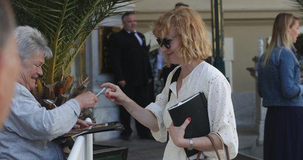 Anna Geislerová dorazila do Varů už hodinu před polednem. A před hotelem rozdala autogramy.