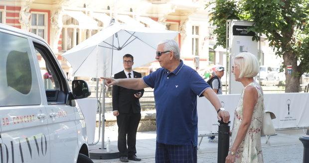 Miroslav Donutil si cosi vášnivě vysvětloval s osazenstvem jednoho z automobilů.