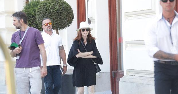 Julianne Mooreová se v pátek po poledni s manželem, režisérem Bartem Freundlichem, vydala obdivovat krásy Karlových Varů.