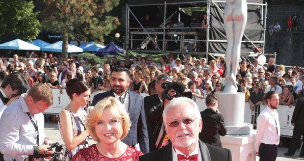 Jaromír Hanzlík s partnerkou Lenkou na červeném koberci.