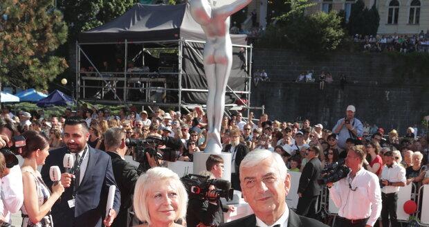 Miroslav Donutil s manželkou Zuzanou na červeném koberci.