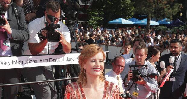 Herečka Jitka Schneiderová na červeném koberci v Karlových Varech.