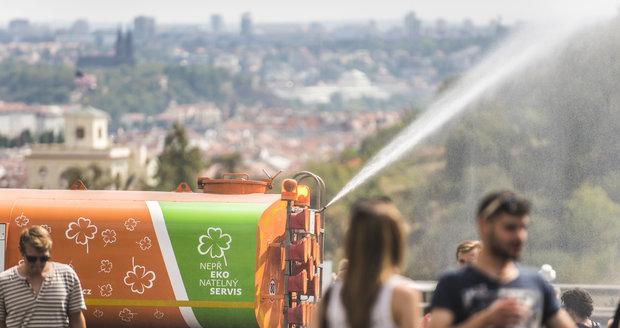 Kropicí vozy stojí Prahu i stovky tisíc korun za den. Z hygienických důvodů stříkají do ulic pitnou vodu