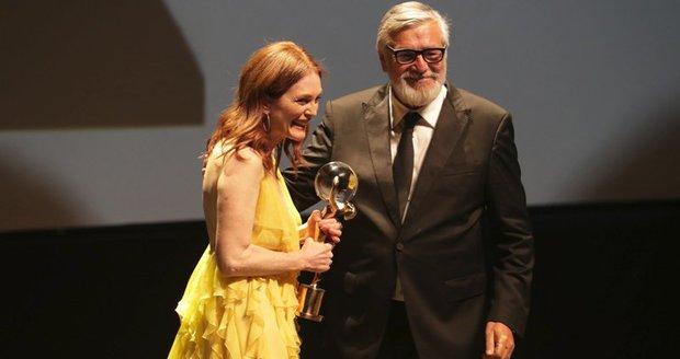 Herečka Julianne Mooreová převzala od Jiřího Bartošky Křištálový glóbus. Hezkou řeč měl herec Billy Crudup, manžel herečka stěží skrýval dojetí.