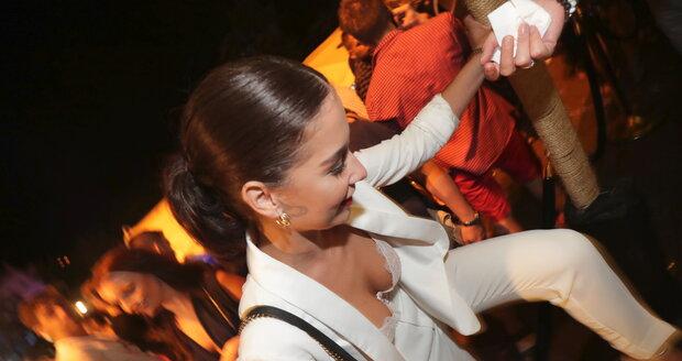 Nikola Buranská se sápala na stolík, aby všem předvedla, jak se má správně tancovat