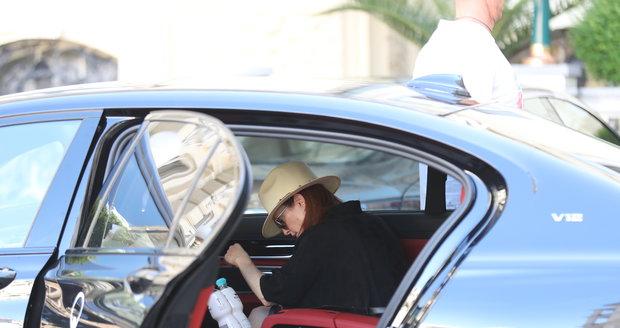 Julianne Moore při nedělním odjezdu z Karlových Varů