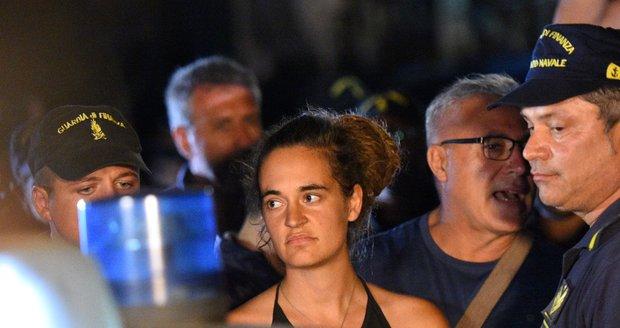 Na zatčenou kapitánku lodi s migranty vybírají moderátoři peníze. Mají už 7,6 milionu