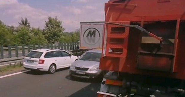 Řidiči v protisměru na dálnici D7: Nechtěli stát v koloně, otočili se a odjeli uličkou pro sanitku