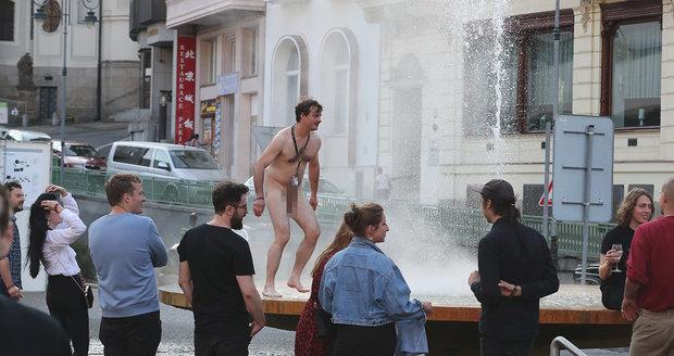 Kamarád Jenovéfy Bokové to ve Varech pořádně rozjel a skončil nahý ve fontáně.