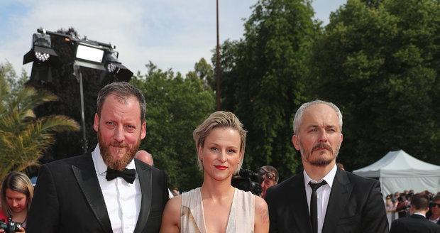Kryštof Mucha a Karel Och, umělecký ředitel, na závěrečném ceremoniálu karlovarského filmového festivalu 2019.