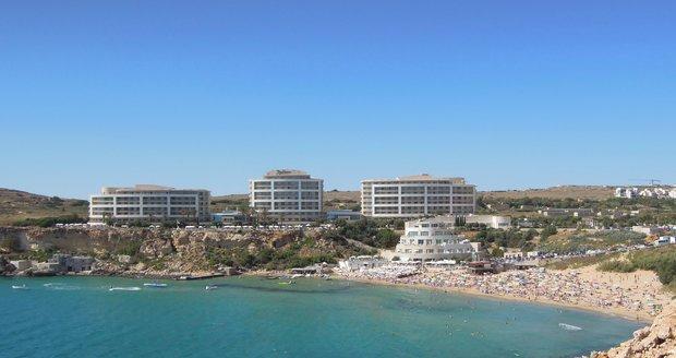 Pláž Golden Bay na Maltě