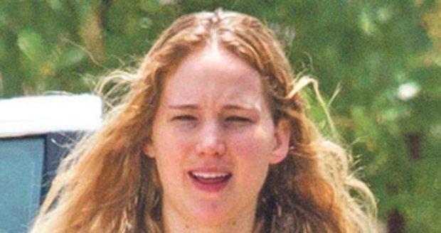 Osmadvacetiletá Jennifer Lawrenceová bez make-upu nebudí příliš pozornosti.