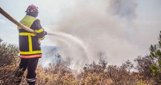 Ráj kempařů ohrožují lesní požáry: Ve Francii evakuovali 2500 turistů