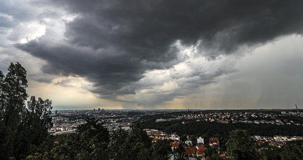 V sobotu večer a v noci na neděli mohou Čechy zasáhnout silné bouřky s nárazy větru až 70 kilometrů za hodinu a kroupami. (ilustrační foto)