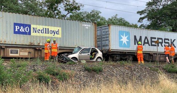 Vlak na přejezdu v Mělníku sešrotoval půlku auta: Pro zraněnou řidičku letěl vrtulník