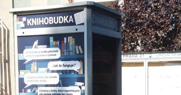 V Hulické ulici v Újezdu nad Lesy stojí od léta nová knihobudka. Radnice ji nechala zřídit místo telefonní budky.