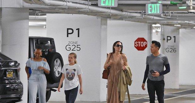 Angelina Jolieová s Vivienne a Zaharou na nákupech