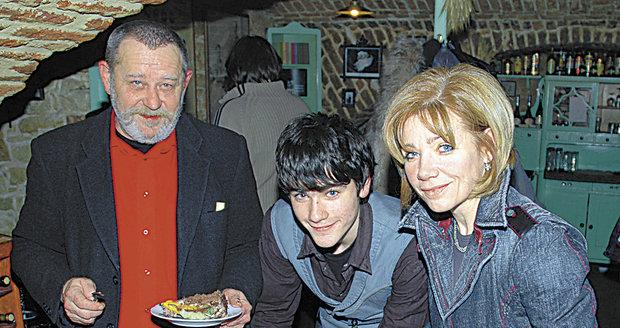 Vojta Kotek na fotce s tátou a maminkou