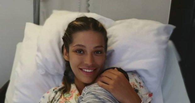 Jasmina s malým Sanelem v náručí