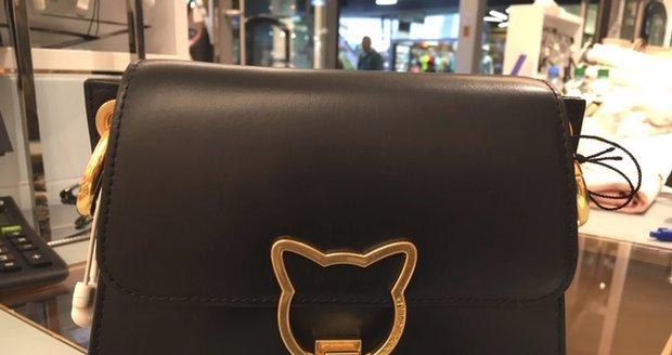 Žena přišla do obchodu v Praze 10 s kočárkem, ukradla tam kabelku.