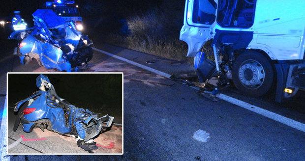 Řidič (†19) vletěl do protisměru přímo pod náklaďák, střet nepřežil