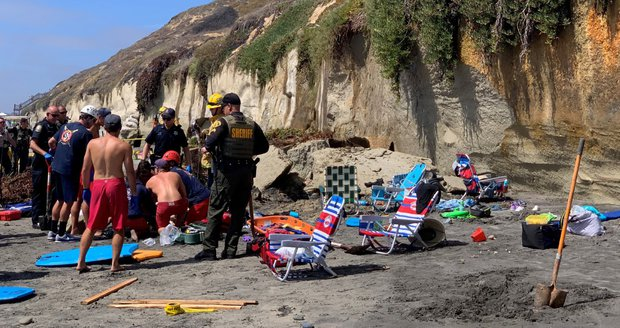 Tragédie na oblíbené pláži v Kalifornii: Útes zabil tři lidi a rozmetal lehátka