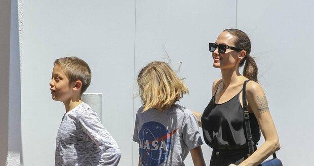 Angelina Jolie se svými dvojčaty Vivienne a Knoxem