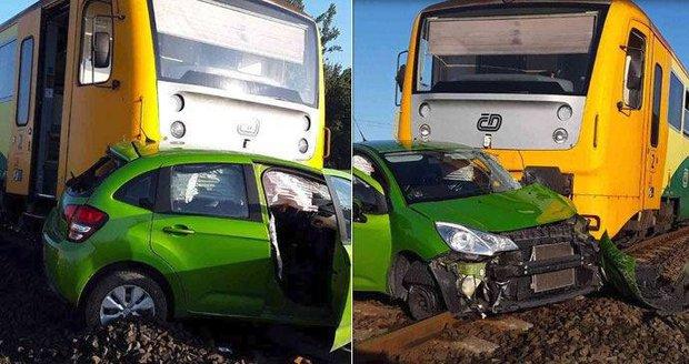 Vlak smetl auto na Olomoucku: Nehoda si vyžádala zranění
