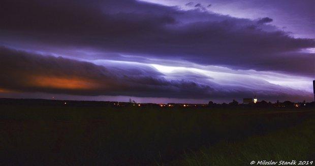 Obří půlnoční shelf cloud mezi Hulínem a Přerovem.