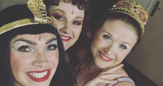 Zdenka Trvalcová s kolegyněmi z muzikálu Kleopatra