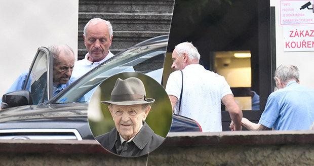 Jakeše (97) z oslavy odvezli do LDN. Podívejte se, jak zeslábl a zbledl rudý papaláš