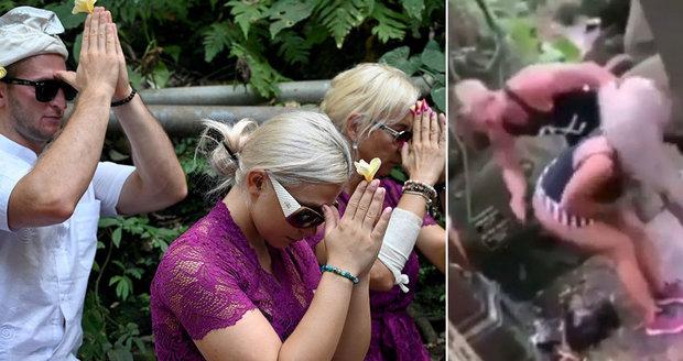 Čeští youtubeři se vrátili do znesvěceného chrámu: Prošli očistným obřadem, hrozilo jim vyhoštění!