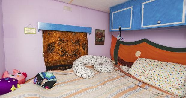 V mobilheimu jsou dvě ložnice, obývák, kuchyňský kout a koupelna