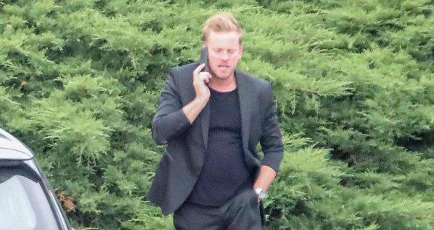 Jakub Prachař telefonoval a ruku nevytáhl z kalhot
