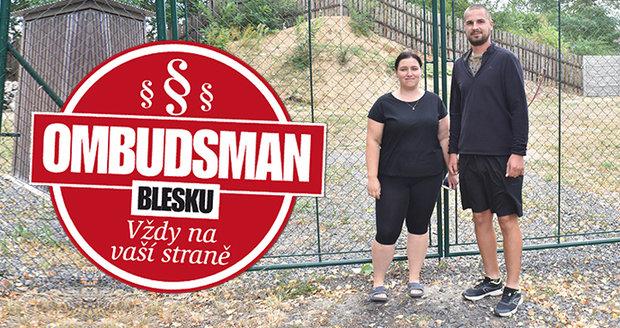 Manželé Heřmánkovi na svém pozemku v Telnici. Stavět ale nemohou...