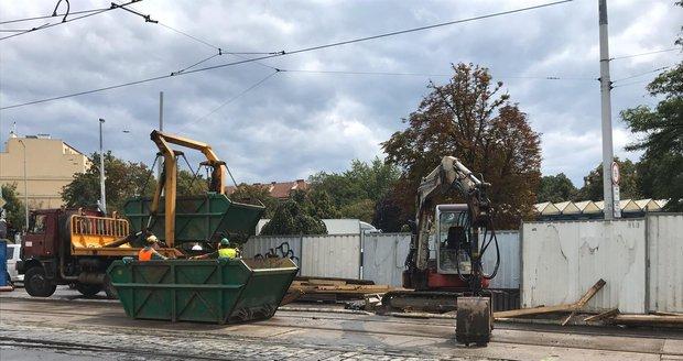 Na Vysočanské se propadla silnice: Tramvaje místem nejezdily skoro 24 hodin