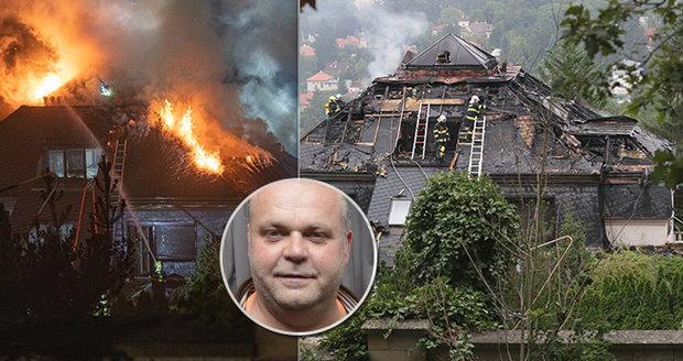Krejčířovu vilu někdo zapálil?! Plameny zničily střechu, škoda dvacet milionů