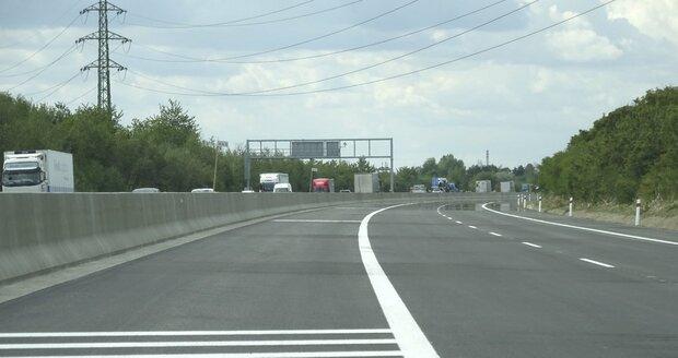 Čerstvě zrekonstruovaná dálnice je dost široká, ovšem dlouho bude ještě využívaná jen částečně.