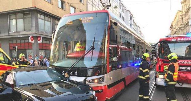 V Revoluční ulici se srazilo auto s tramvají.