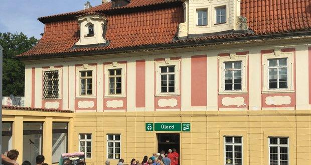 Lanová dráha na Petřín se nárazově potýká s nápory turistů.