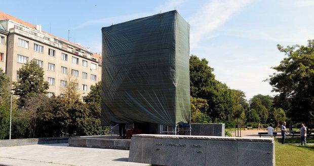Radnice Prahy 6 se rozhodla zakrýt sochu sovětského maršála Ivana Koněva, někdo ji vzápětí strhl.