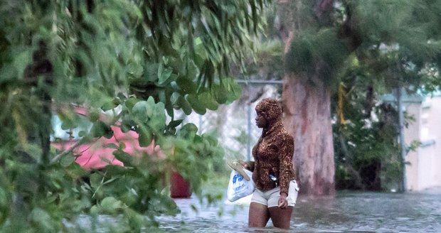"""Hurikán zpustošil Bahamy a slábne. """"Čelíme historické tragédii,"""" říká premiér"""
