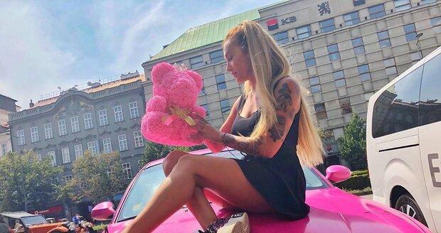 Daisy Lee a její růžové BMW