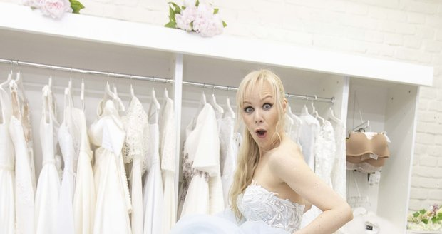Jana Fabiánová si zkoušela svatební šaty.
