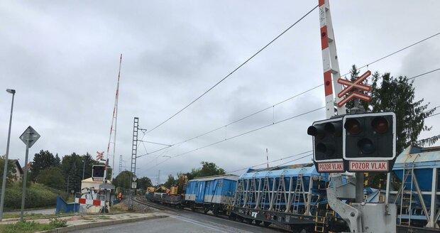 Železniční přejezd v pražské Uhříněvsi stále není po páteční nehodě zcela v provozu.