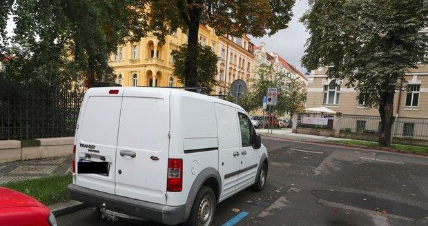 Zaparkované auto před domem patřilo Přemyslovi.