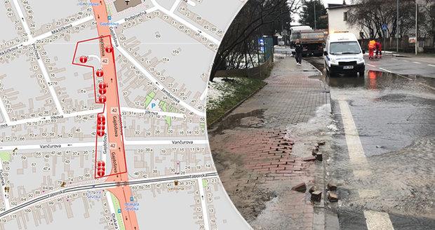 Opravy po prasklém vodovodu stále komplikují dopravu v Brně: Hotovo má být ve čtvrtek
